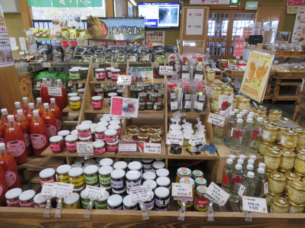 Produits locaux sur les étalages de la michi-no-eki d'Aso