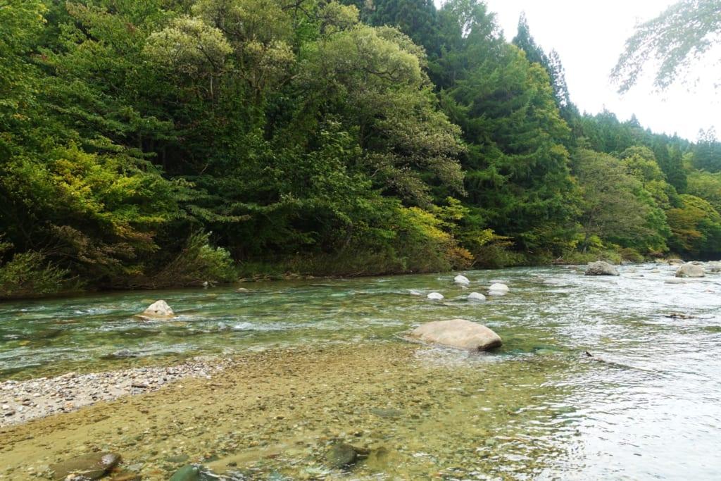Rivière du Kawara no Yukko à Yuzawa dans la préfecture d'Akita