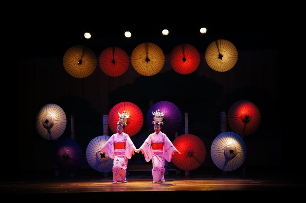 Les danseuses du Yamaga Tourou dans le théâtre Yachiyoza