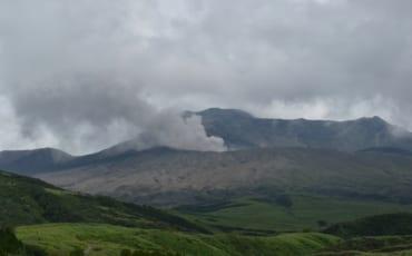 Vapeurs volcaniques denses émanant du mont Nakadake, Aso, Kumamoto