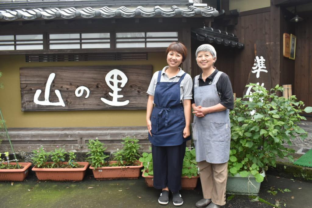 Yuri et sa mère devant leur maison d'hôtes à Ubuyama, à Kumamoto