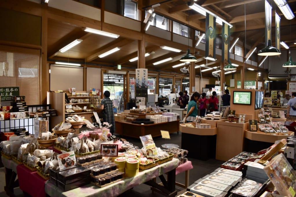 L'intérieur de la michi-no-eki à Aso, où l'on trouve des produits locaux