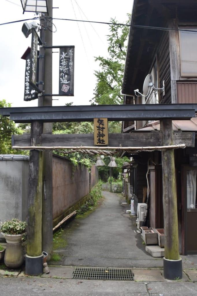 Torii dans une ruelle près du sanctuaire d'Aso