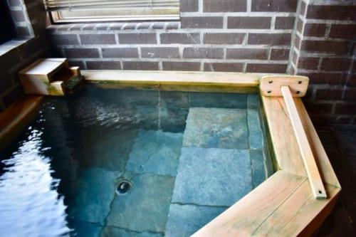 L'onsen privatif, dont l'eau est turquoise