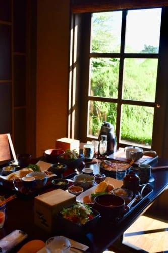 Le copieux petit déjeuner, servi sur une table éclairée par la lumière matinale au Ryokan Konomama