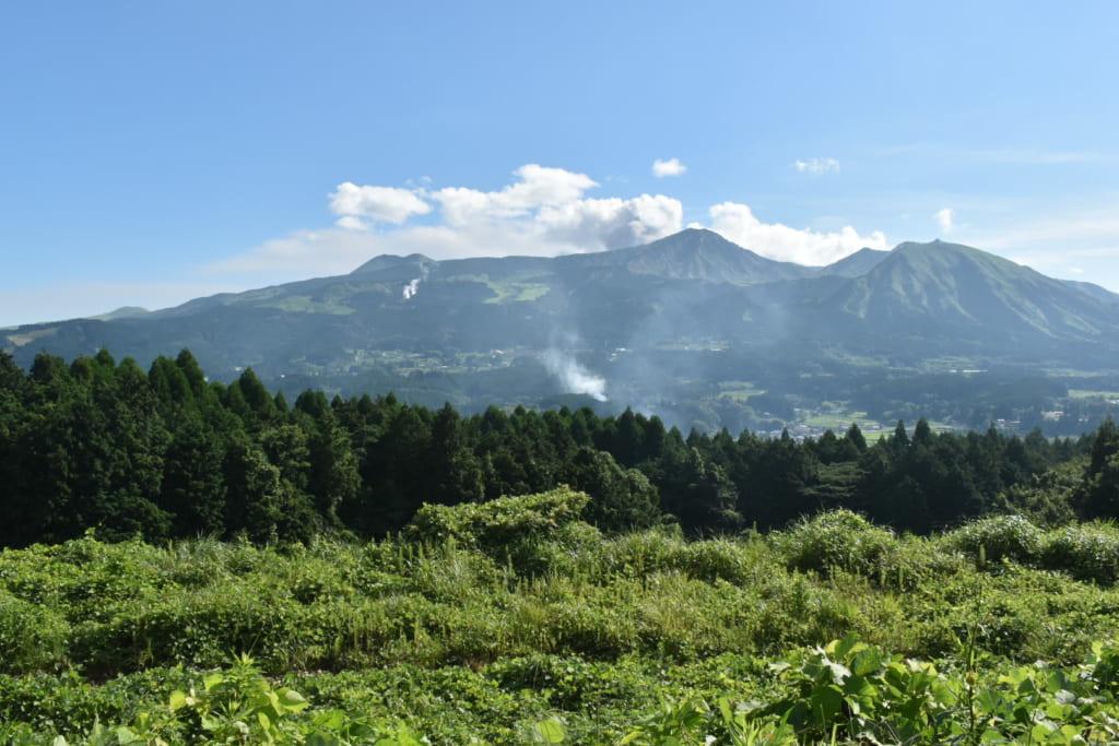 Vue sur les volcans du mont Aso, à Kumamoto, depuis le Ryokan Konomama