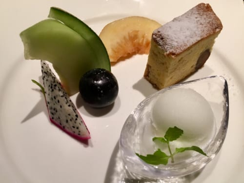 Plats d'inspiration italienne au menu du Ryokan Konomama - assiette de desserts (fruits, glace et gâteau)