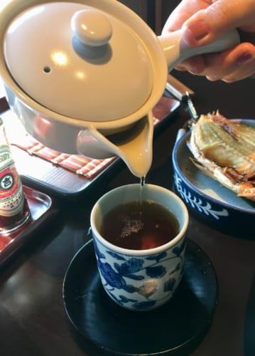 Thé servi dans une théière individuelle pour le petit déjeuner