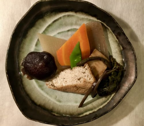 Légumes et tofu disposés dans un joli plat de céramique