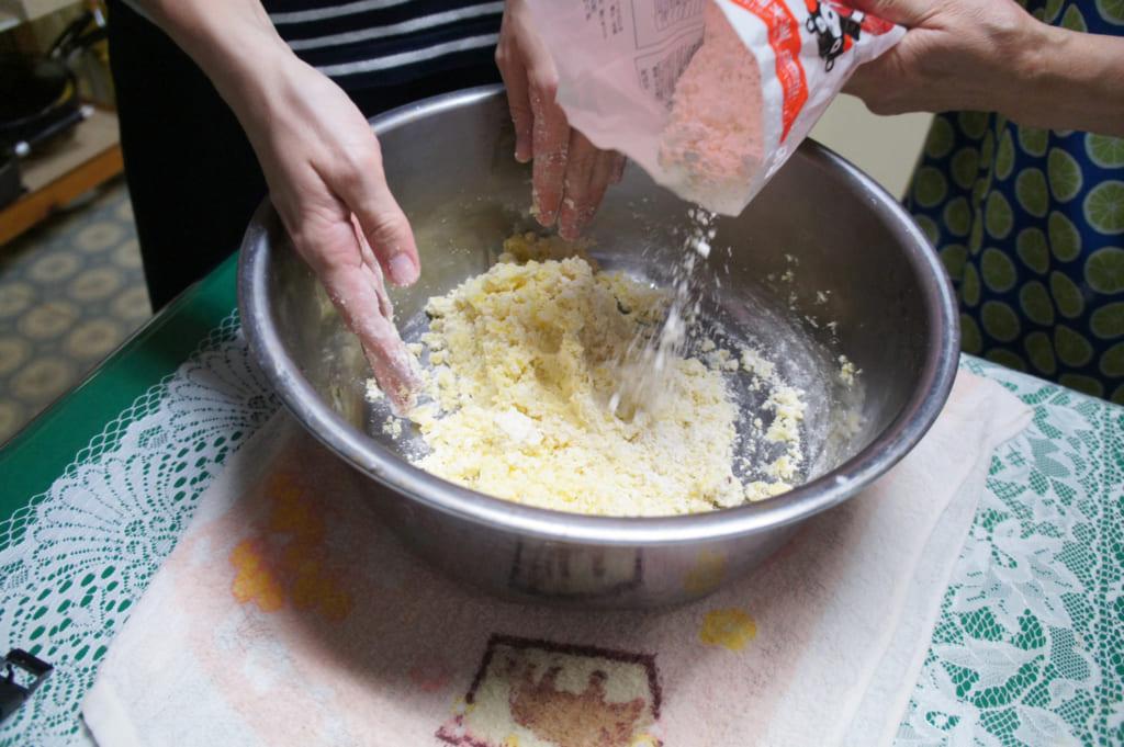 Recette des ohimesan : ajouter de la farine