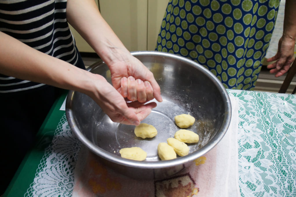 Recette des ohimesan : former des boulettes de pâte