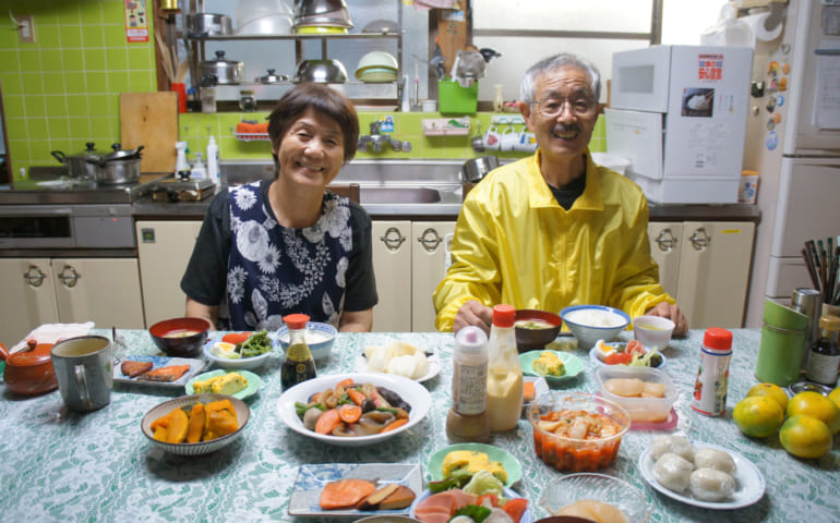 Les époux Yonemura attablés devant le petit déjeuner