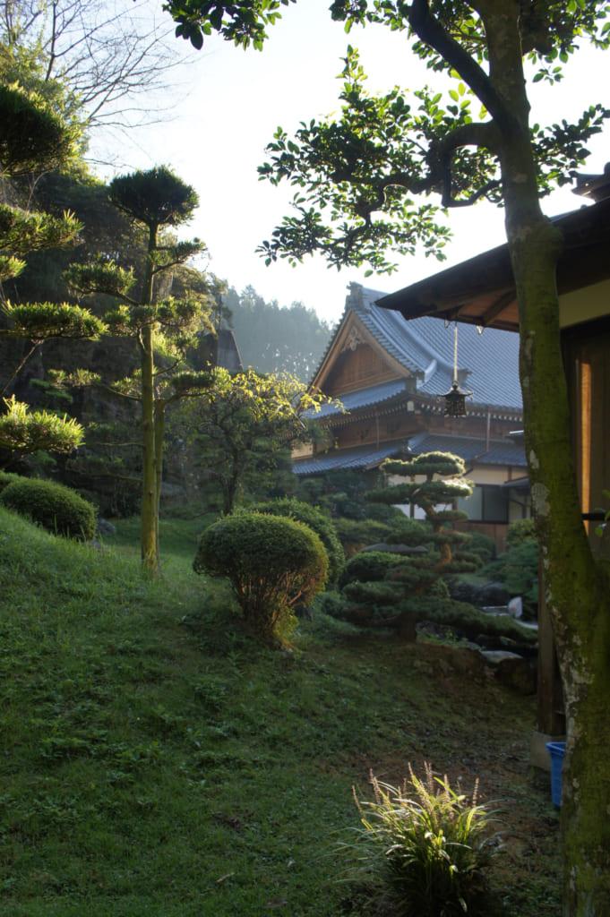 Vue sur le temple Zenriyuji depuis le jardin japonais