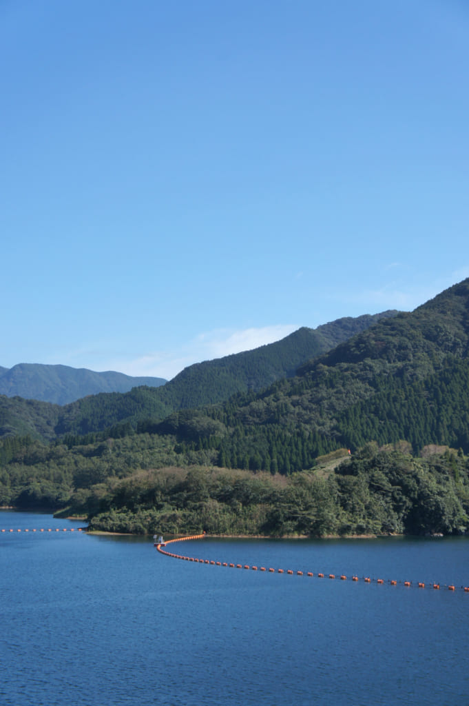 Vue sur le lac Hanjaku depuis le barrage de Ryumon