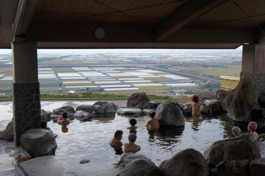 Bain extérieur du Kusamakura onsen Tensui, vue sur les paysages de Kumamoto