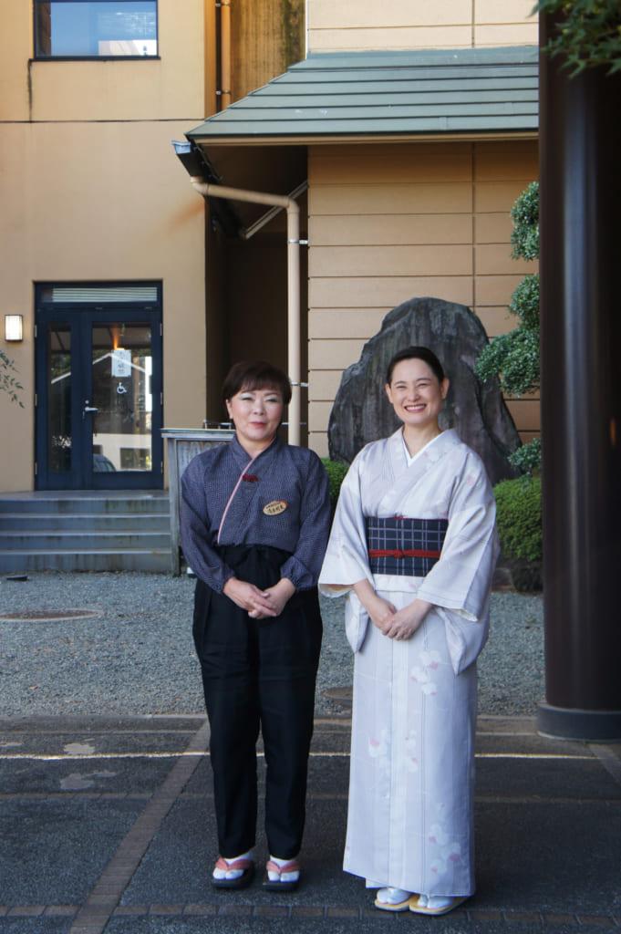 La directrice du le ryokan Seiryuso de Yamaga Onsen, avec une employée