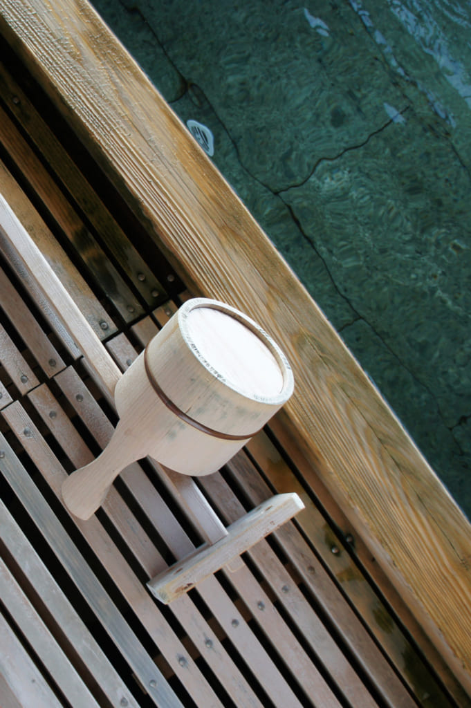 Détails de l'onsen privatif : accessoires de bain en vois clair