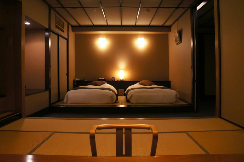 Le coin chambre de la suite du ryokan Seiryuso, avec deux lits à l'occidentale