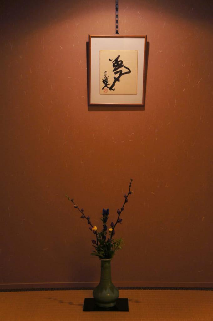 Arrangement floral et calligraphie dans le tokonoma de la suite
