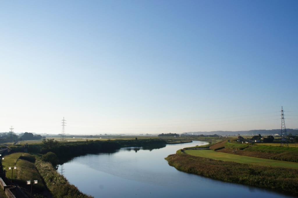Vue sur la rivière au petit matin depuis la terrasse au ryokan Seiryuso de Yamaga Onsen