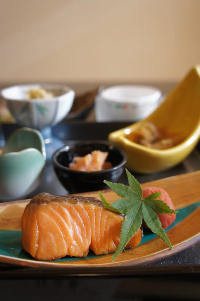 Petit déjeuner traditionnel : saumon au premier plan