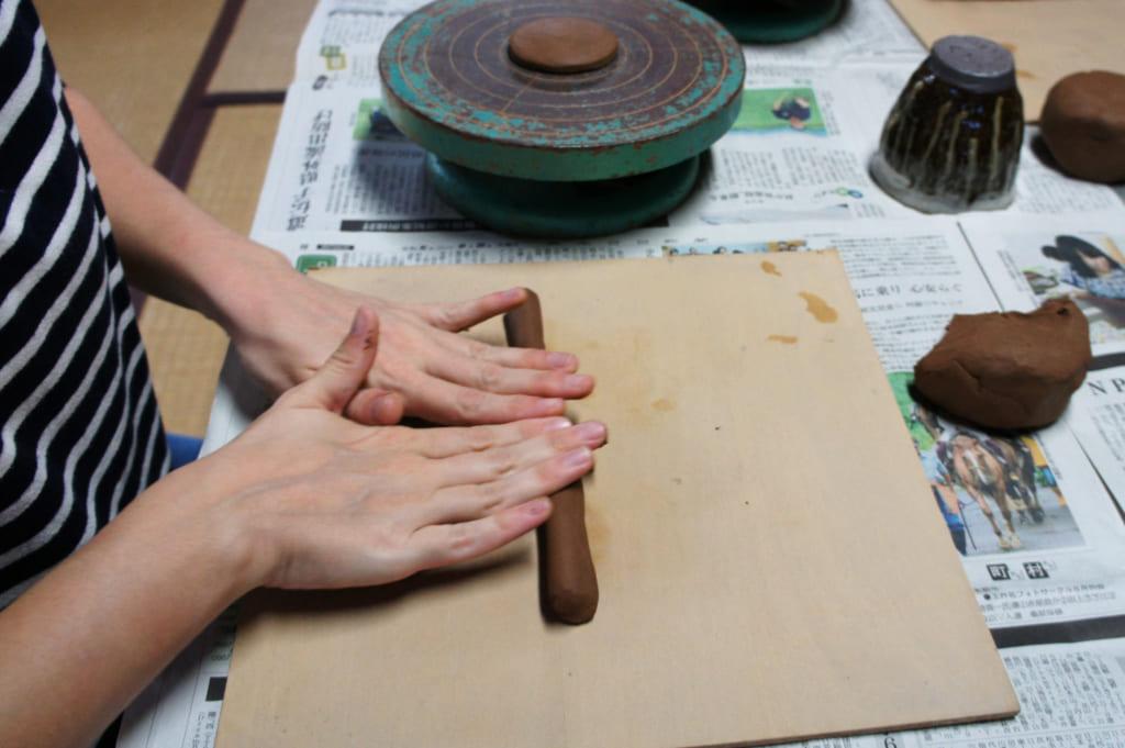 """Atelier de poterie, étape 1 : faire un """"boudin"""" d'argile"""