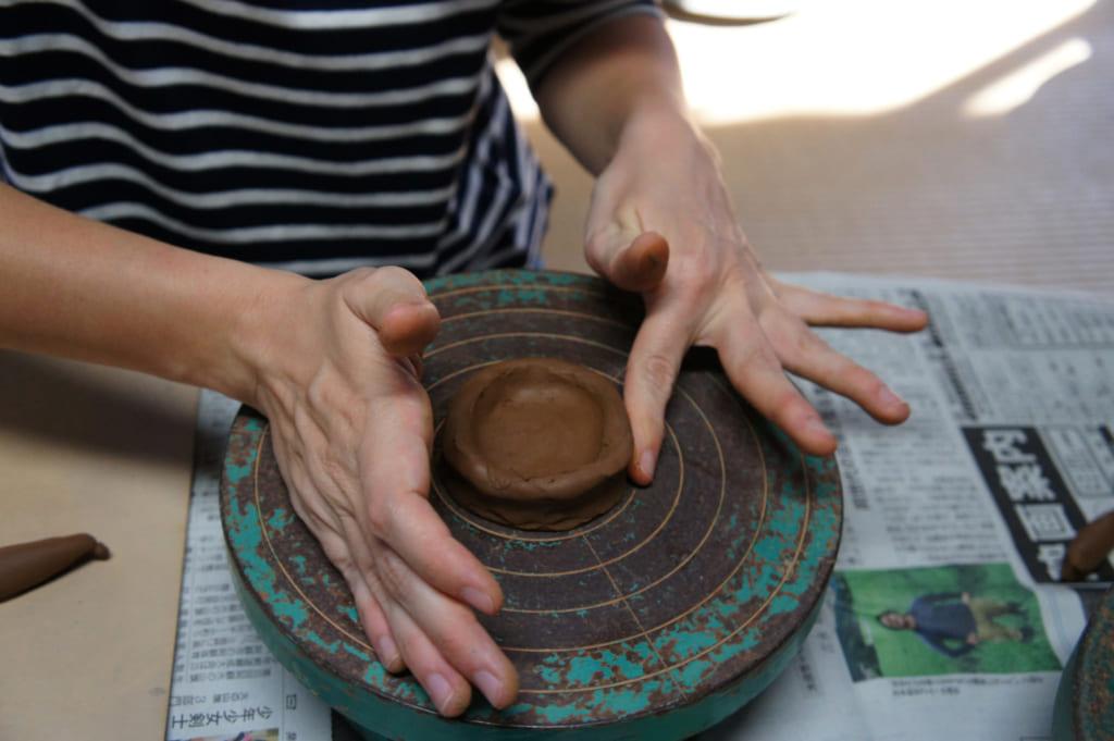 Atelier de poterie, étape 2 : donner forme à la tasse