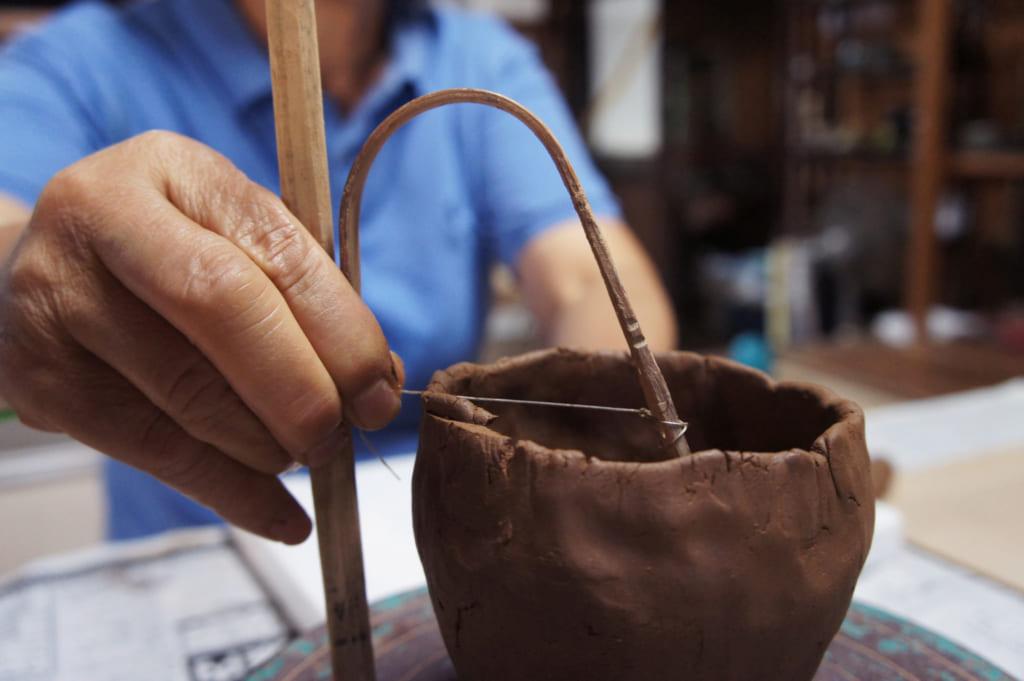 Atelier de poterie, étape 3 : découper le rebord