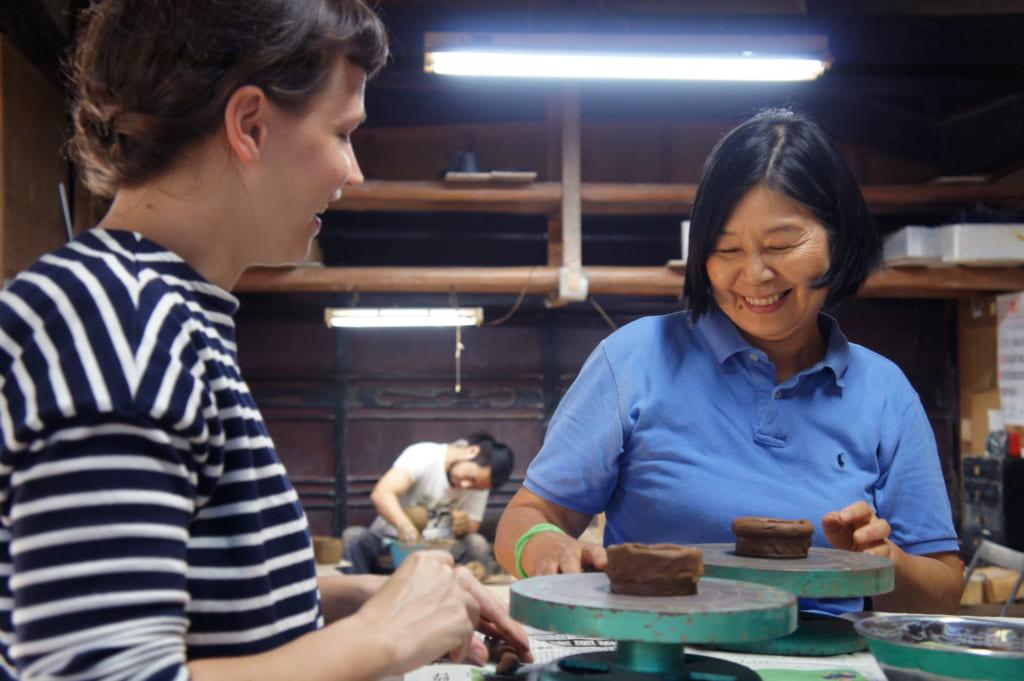 Mme Yamaguchi, donnant des instructions à Clémentine pendant l'atelier