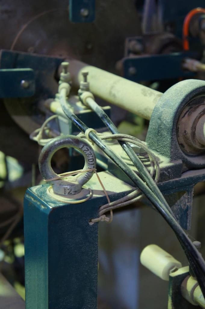 Une machine de l'usine de Yamachiku, recouverte de poussière de bambou