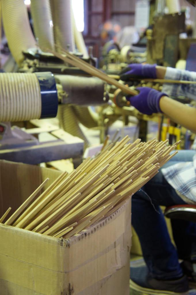 Ouvrière taillant des baguettes à l'usine de Yamachiku