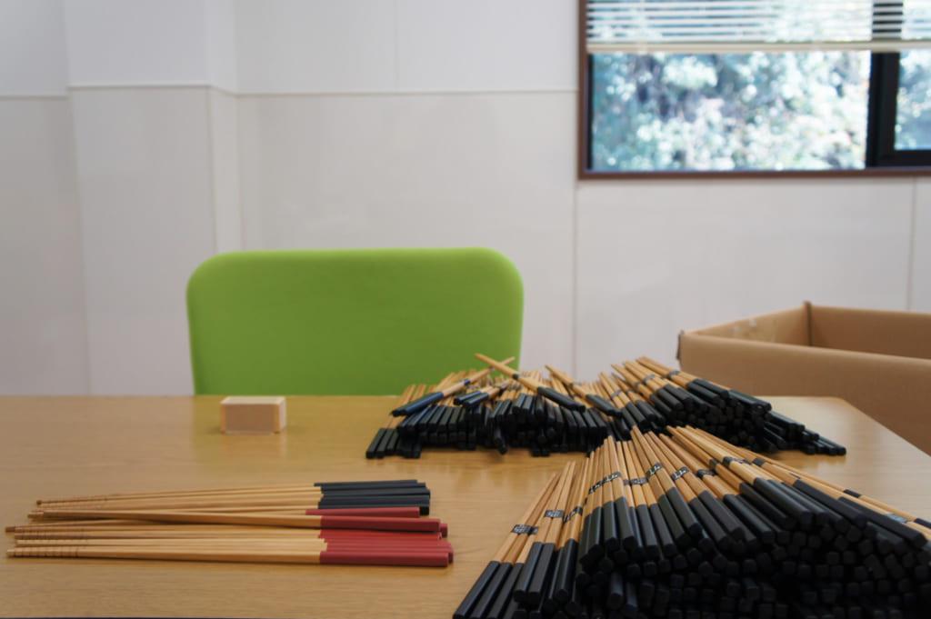 Baguettes en bambou prêtes à être emballées dans l'atelier de Yamachiku