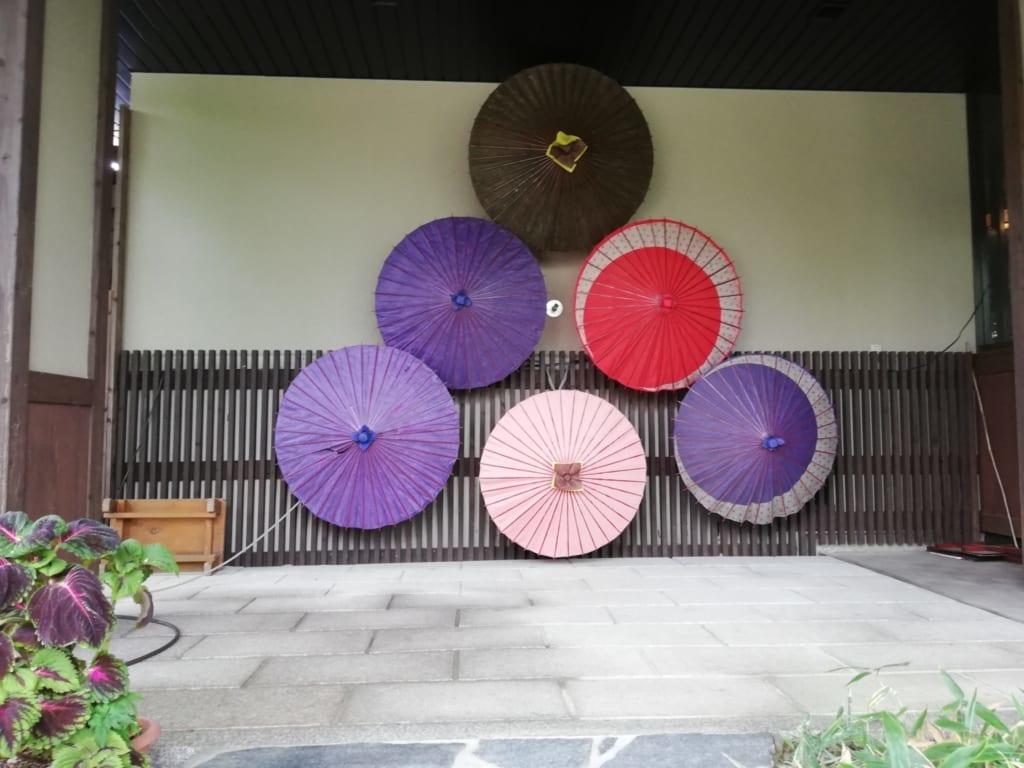 ombrelles sur les murs du ryokan Kafutei dans la préfecture de kumamoto