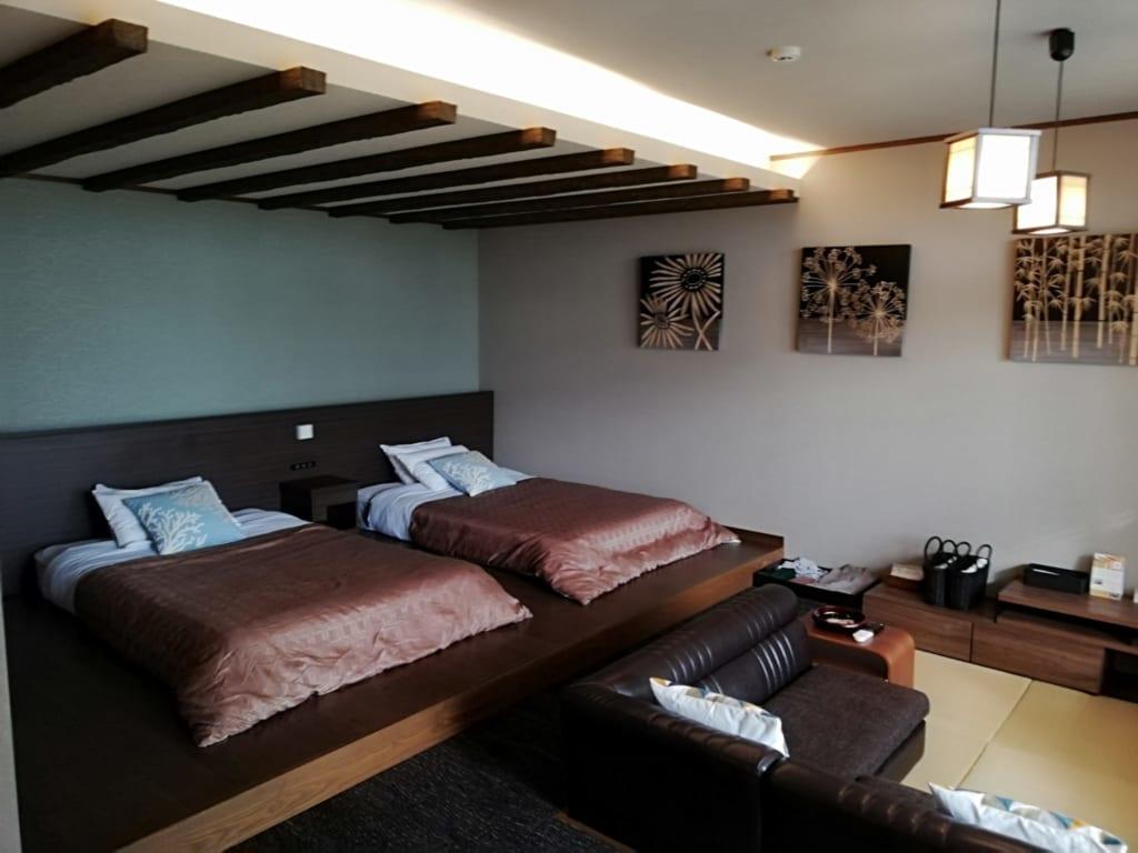 Lits et coin salon d'une chambre du ryokan Kafutei