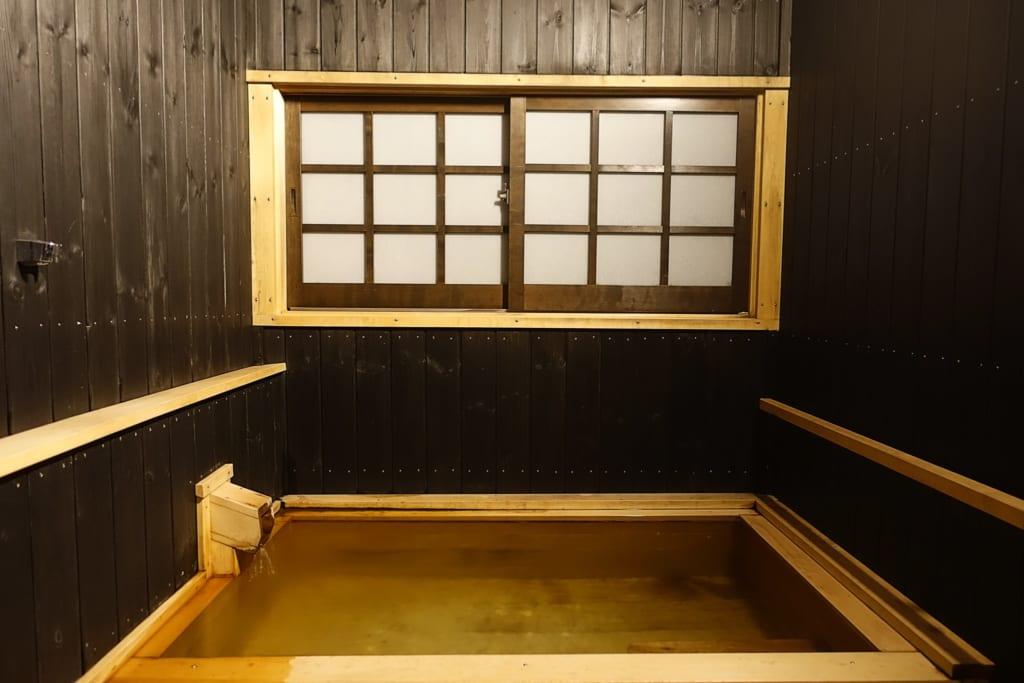 Bain de onsen privatif vu de face d'une chambre du ryokan Yunoyado Motoyu club