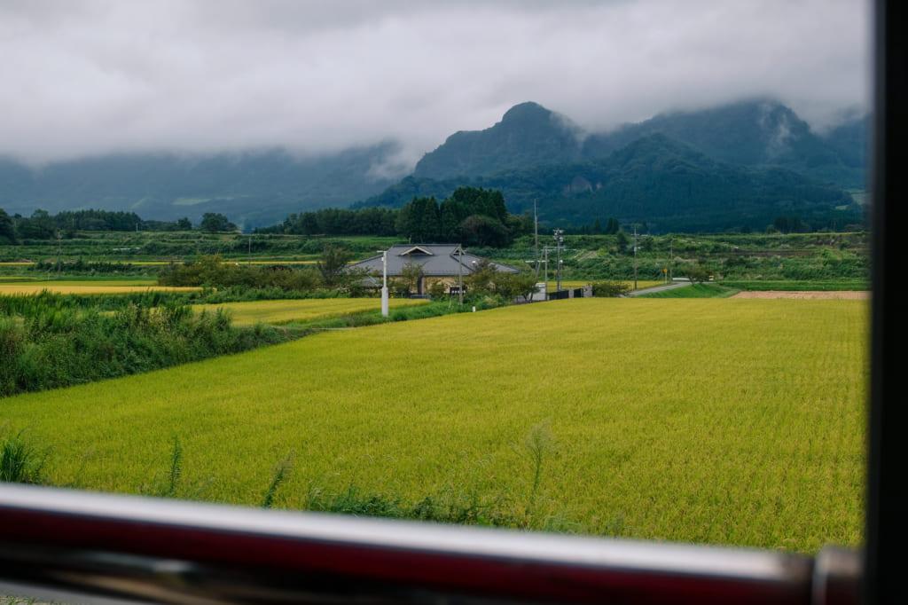 Magnifique paysage des alentours de Takamori depuis la fenêtre du train