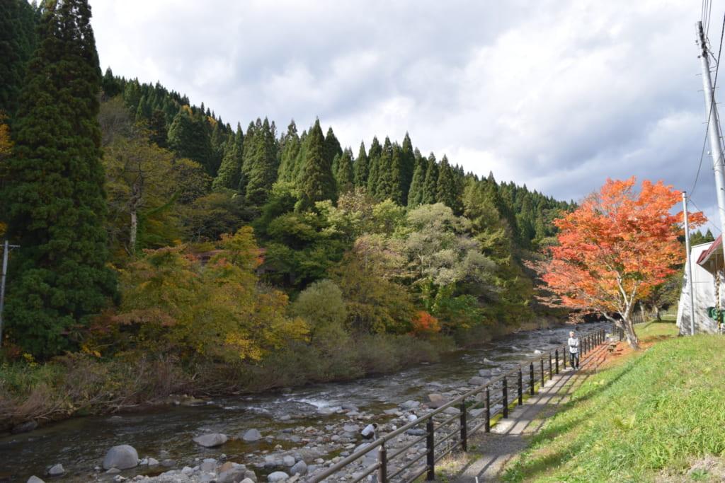 Rivière au milieu des montagnes de la région de Yuzawa
