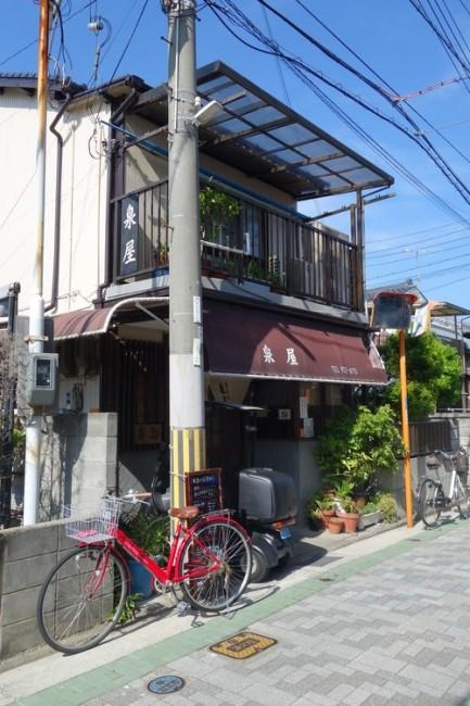 Izumiya (泉屋), a family-run store tucked away in a quiet neighborhood by the coast
