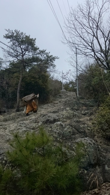 Mountain-mounting monk hints at a coming temple, Himeji Shoshasan hiking trail