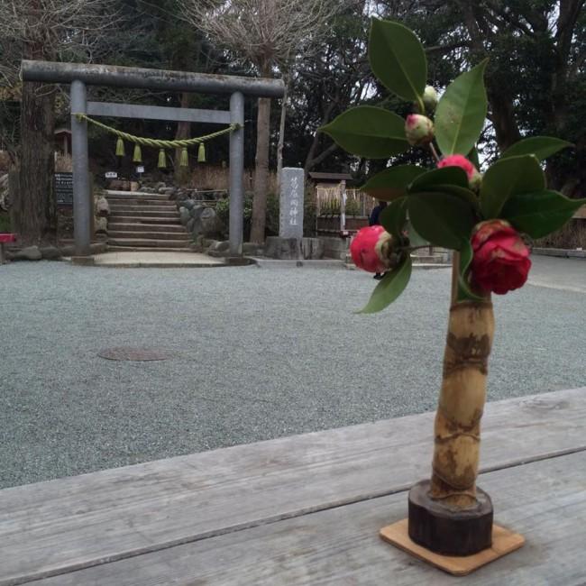 Kuzuharaoka shrine entry, nipped by nature, Kamakura Daibutsu hiking trail