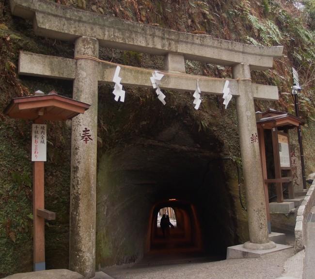 Kamakura Daibutsu hiking trail, Zeniaraibenten shrine quarried out from the Kamakura nature bounties