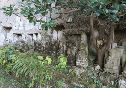 The main feature of this wall was a 4m goddess of mercy statue, which is said to be the oldest stone cavern Buddha in Japan, and so is named an important cultural asset.