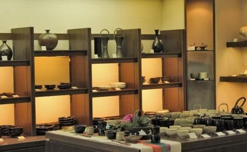 Satsuma ceramic consists of 2 types; White Satsuma (Shiro satsuma) and black Satsuma (Kuro satsuma).