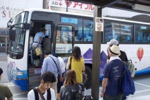 Passagiere sind dabei den Bus zum Kurokawa Onsen zu nehmen in Kumamoto, Japan