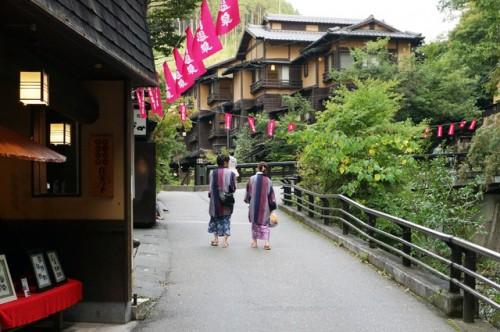 So sieht der Ort rund um das Onsen aus in Aso, Kumamoto, Japan