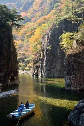 At Sandankyo gorge in Hiroshima, you will enjoy a perfect autumn leaves along the gorge!
