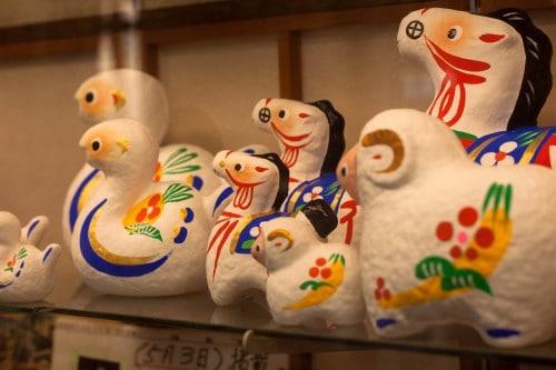 Die Hariko Puppen werden mit einem Holzrahmen hergestellt, der dann in einem Washi (japanisches Papier) in der Takashiba Decoyashiki Werkstatt beschichtet wird, Fukushima, Tohuko, Japan