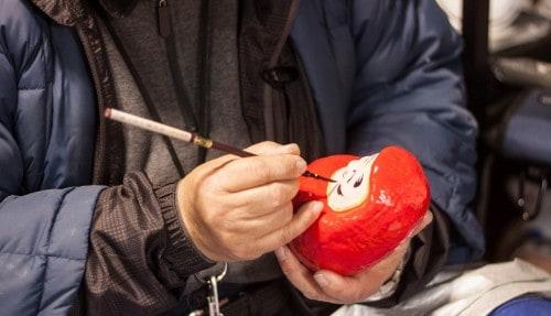 Bemalen der Daruma Puppe, Fukushima, Tohuko, Japan.