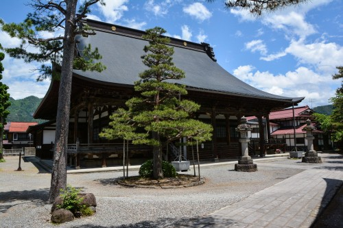 Honkouji Temple is the largest wooden temple in the Hida area.