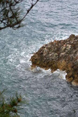 Senkakuwan Bay on Sado island offers a wild landscape of rocks eroded by the sea.